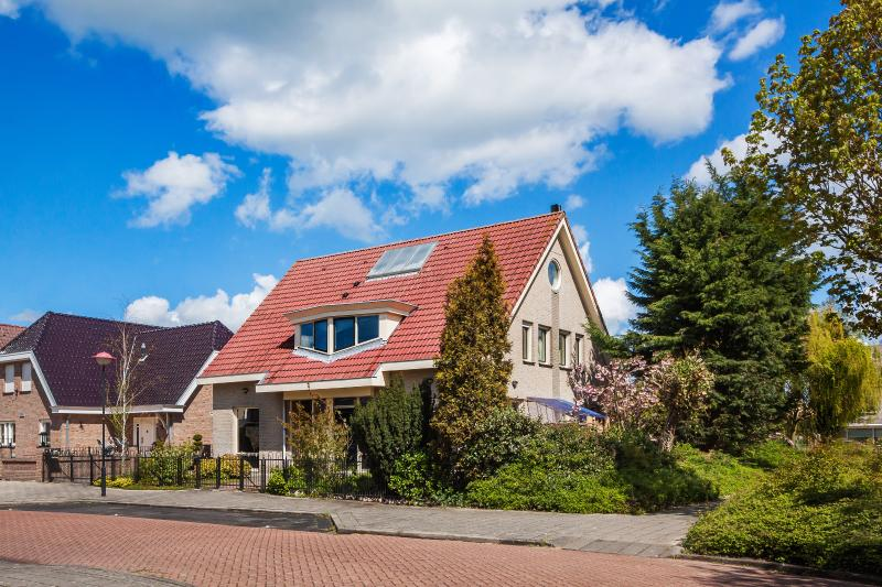 Our house with the apartment on the first floor.  Plenty of parking outside. - Luxury kingsize apartment in historical Volendam - Volendam - rentals