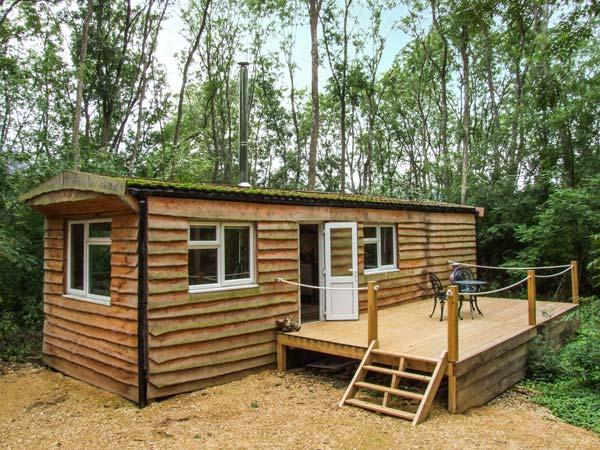 WANEY LODGE, woodburning stove, private deck, shared swimming pool, pet-friendly, in Lechlade, Ref 929312 - Image 1 - Lechlade - rentals