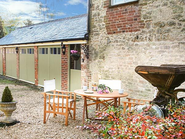 OLD CART SHED, single-storey wing, WIFi, pet-friendly, romantic retreat, in Lyneham, Royal Wootton Bassett, Ref 931101 - Image 1 - Tockenham - rentals