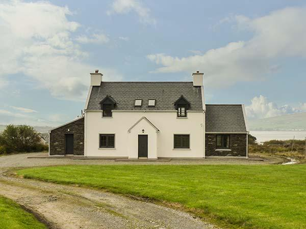 VALENTIA VIEW, woodburner and open fire, private garden, WiFi, detached, Cahersiveen Ref 931199 - Image 1 - Cahersiveen - rentals