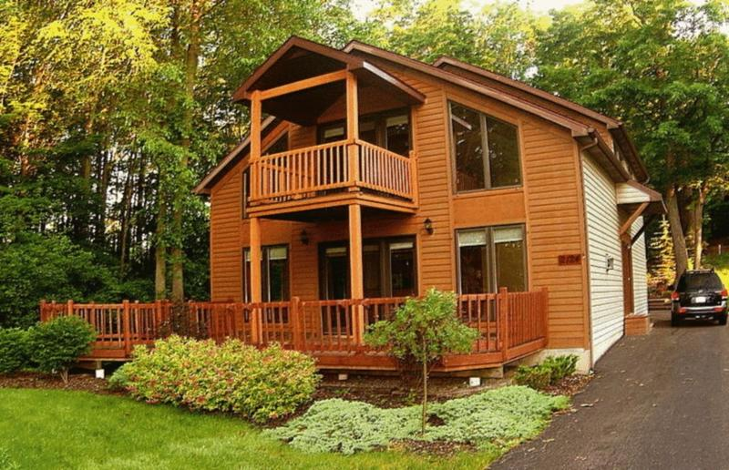 Niagara River Chalet - 2 Decks, Hot Tub -- ON the Niagara River with Deck, Dock, Firepit - NIAGARA RIVER CHALET Near Niagara Falls  On  River - Niagara Falls - rentals