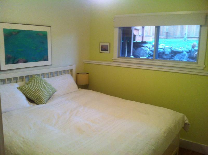Lilac Suite king bedroom with garden view - Lilac Suite:1 king bdrm ,kitchenette,wifi,bbq,a/c - Penticton - rentals