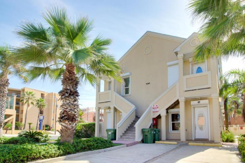 Chic, dog-friendly condo close to beach w/shared pool. - Image 1 - South Padre Island - rentals