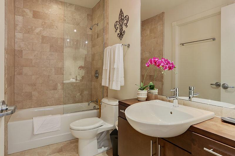 Stay Alfred New Orleans Vacation Rental Bathroom - Exclusive Common Street Apartment by Stay Alfred - New Orleans - rentals