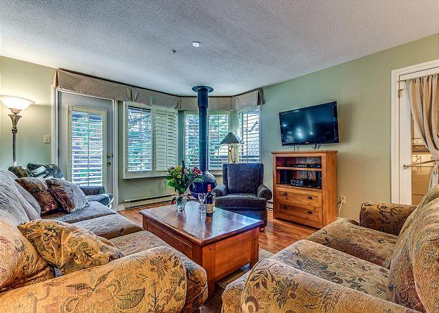 Living Room - Acer Vacations | Whistler Town Home - Cozy 2 Bedroom Mountainside Lodging - Whistler - rentals
