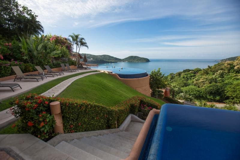 La Casita is just steps from the two infinity-edged pools that overlook Zihuatanejo Bay. Glorious! - La Casita. Gorgeous, romantic retreat!  View. - Zihuatanejo - rentals