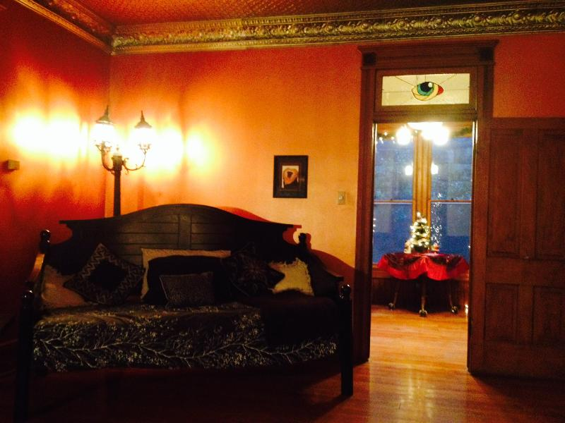 The daybed sleeps one adult roomily or two children. - Maplewood Manor 1883 Downtown - Eureka Springs - rentals