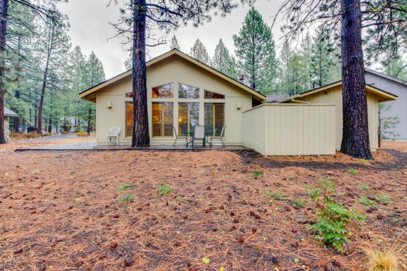 Welcoming home w/ private hot tub, SHARC passes & entertainment, great location! - Image 1 - Sunriver - rentals