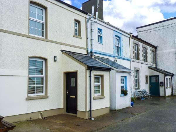 4 THE COASTGUARD STATION, multi-fuel stove, close to beach, lawned garden, off road parking, Youghal Ref 919084 - Image 1 - Youghal - rentals