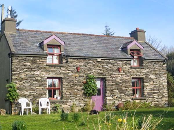 MUDFLAT, pet-friendly cottage, open fire, lawned garden, Goleen Ref 928151 - Image 1 - Goleen - rentals