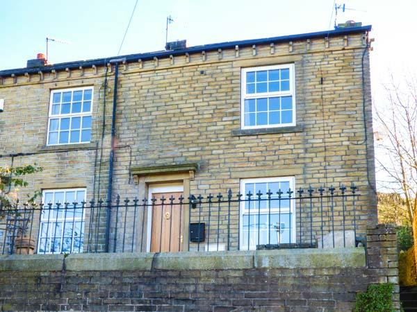 APPLE HOUSE COTTAGE, woodburner, pet-friendly, garden, walks from the door, in Luddenden, Hebden Bridge, Ref 927544 - Image 1 - Hebden Bridge - rentals