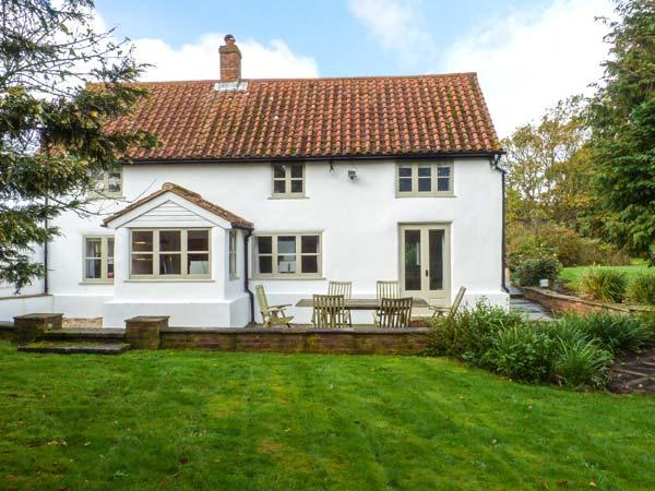 THE WHITE COTTAGE, detached, AGA, WiFi, off road parking, garden, in Birdham, Ref 927940 - Image 1 - Birdham - rentals
