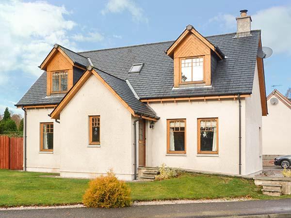 HAVEN, woodburner, private enclosed garden, WiFi, in National Park, Newtonmore, Ref 930533 - Image 1 - Newtonmore - rentals