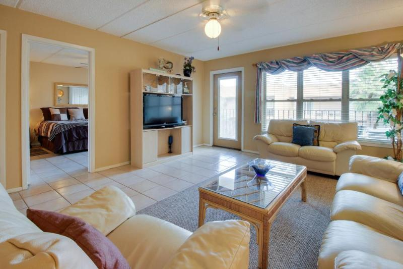 Luxurious condo near beach, overlooking pool & hot tub! - Image 1 - South Padre Island - rentals