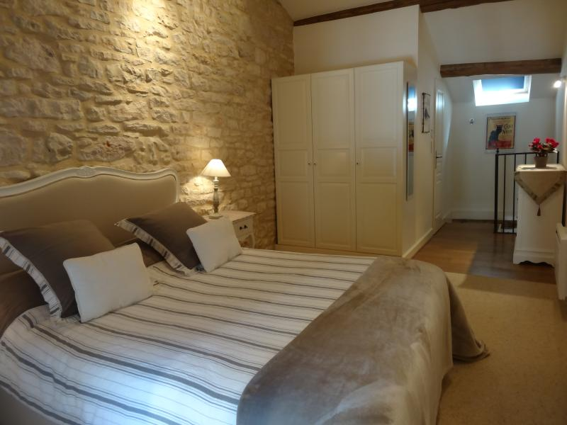 Bedroom with queen sized bed - The Mews, Comfort, charm, central village location - Puligny-Montrachet - rentals
