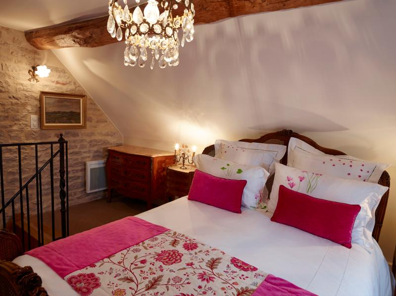 Bedroom, with queen bed - Chez Hall – Le Coin, 1bdr/1bth, georgeous, central - Meursault - rentals