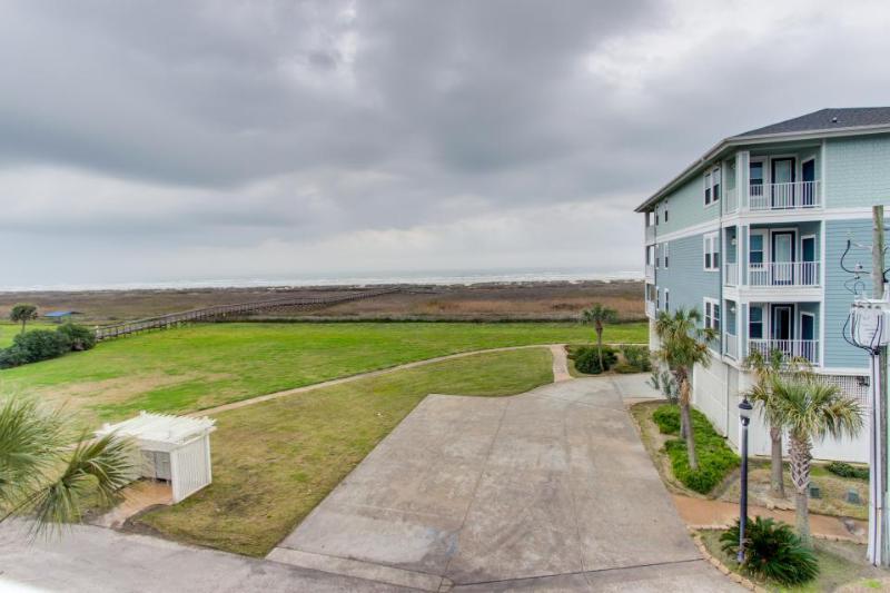 Oceanfront condo w/ marvelous views, shared pool, hot tub, near beach - dogs ok! - Image 1 - Galveston - rentals