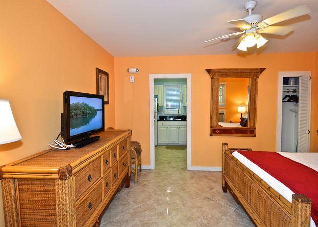 Efficiency studio with queen sized bed and kitchen - MONROE SUITE- 1 Block From Duval St. 'Night Life' - Key West - rentals
