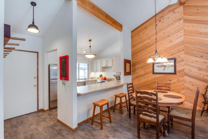 Renovated condo w/ shared pools, hot tubs & sports courts, SHARC passes - Image 1 - Sunriver - rentals
