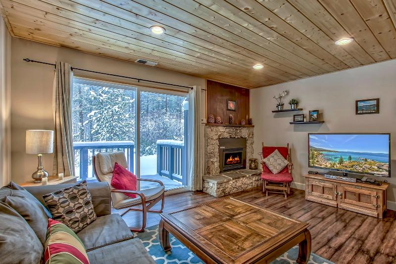 A nice cozy open living  style with cable tv, thermostat gas fire place and lots of board games. - 2 Bedroom Charming Condo next to Heavenly! - South Lake Tahoe - rentals