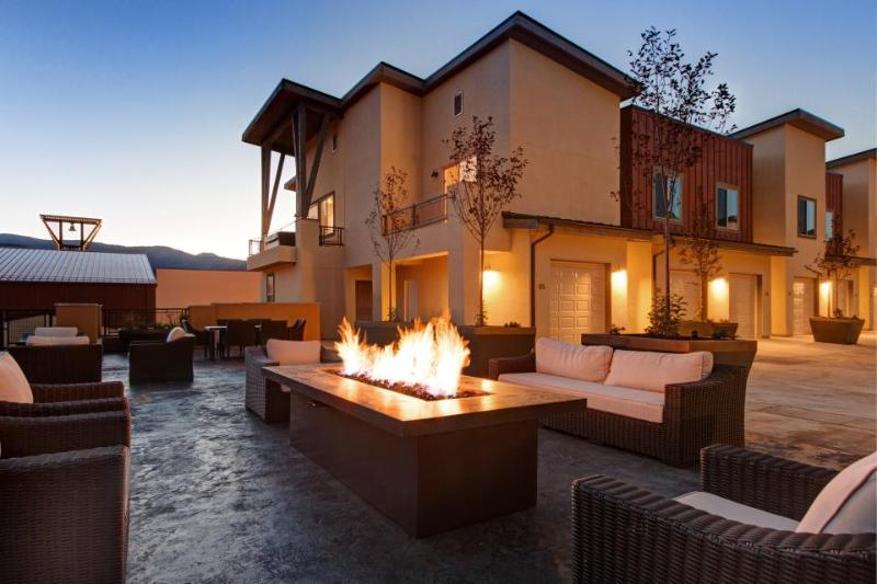 Immaculate Park City townhome with private hot tub, great mountain views! - Image 1 - Park City - rentals