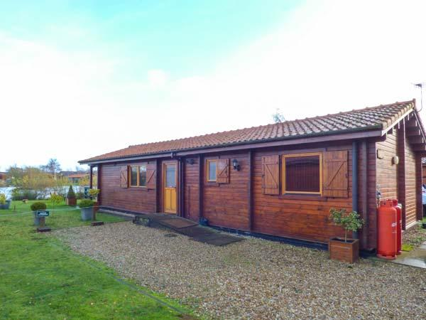 BITTERN LODGE, on holiday park, on-site facilities, private hot tub, parking, in Tattershall, Ref 931209 - Image 1 - Tattershall - rentals