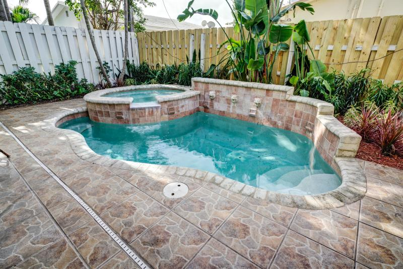 Walk to Beach & Town Townhouse w/ Heated Pool! - Image 1 - Lauderdale by the Sea - rentals