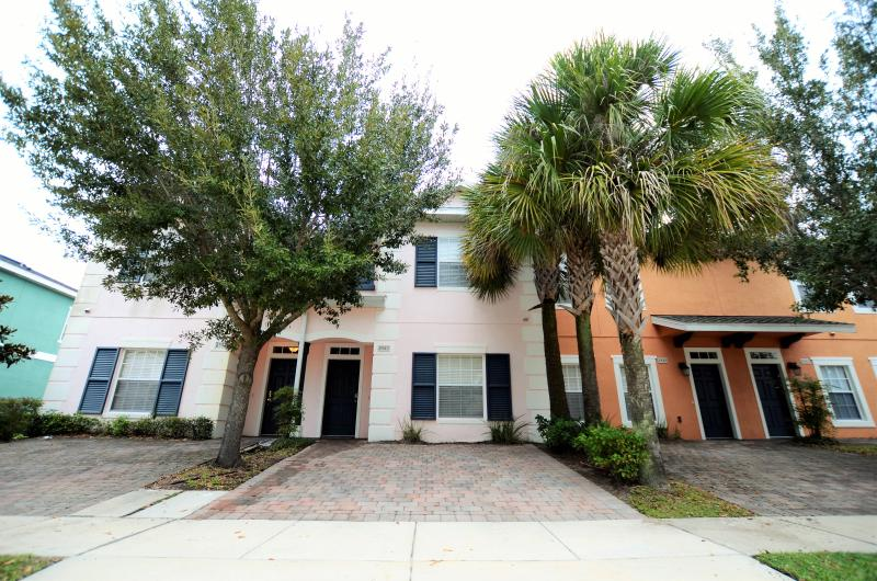FRONT OF THE HOME WITH PARKING SPACES - New opening 4br/3ba townhome,Near Disney,Seaworld - Kissimmee - rentals