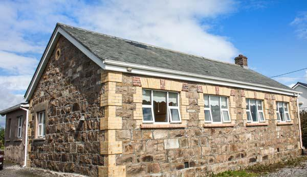 OLD FACTORY HOUSE, detached, stone cottage, open fire, lawned gardens, Carraroe, Ref 927460 - Image 1 - Carraroe - rentals