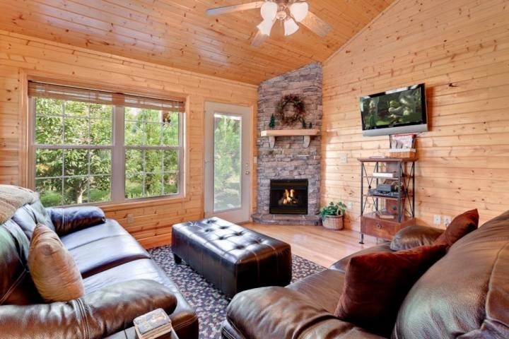 Cajun Cabin 3BR/2BA Minutes to Pigeon Forge! Hot Tub & 2 Master Suites - Image 1 - Pigeon Forge - rentals