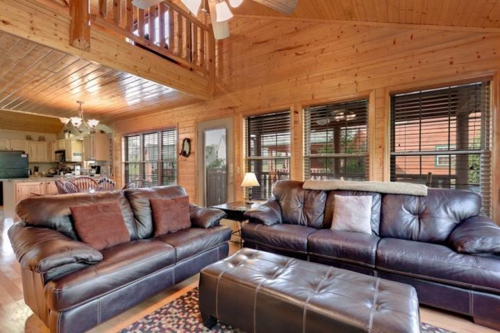 Welcome to Cajun Cabin! Full of plenty of comfortable furniture and space to entertain all your guests! - Cajun Cabin 3BR/2BA Minutes to Pigeon Forge! Hot Tub & 2 Master Suites - Pigeon Forge - rentals