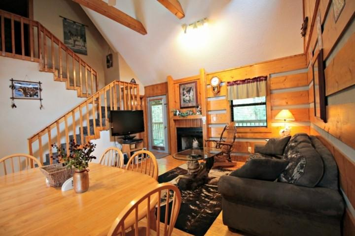 Living / Dining Room - Cozy Smoky Mtn Cabin - Heart of Pigeon Forge - Hot Tub &  WiFi - Pigeon Forge - rentals