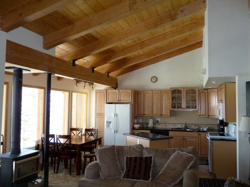 Great room, 30' of windows and views, vaulted ceilings, wonderful gathering space. Flat screen, DVD. - Timber Ridge Ski In Ski Out, Groomed trails, Dlx - Mammoth Lakes - rentals