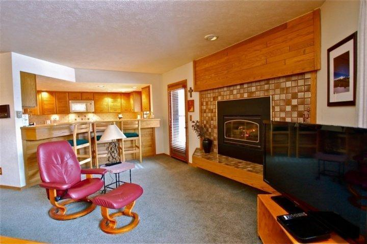 Roomy Living Area With Gas Fireplace - 20% Off till 12/15-FREE FUN Package W/ Booking! Near Lifts With Great Views of Slopes From HOT TUB! - Keystone - rentals