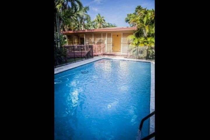 Fenced pool area. - **Summer Promo** Family Home in Miami Springs with Pool Just Minutes from South - Miami - rentals