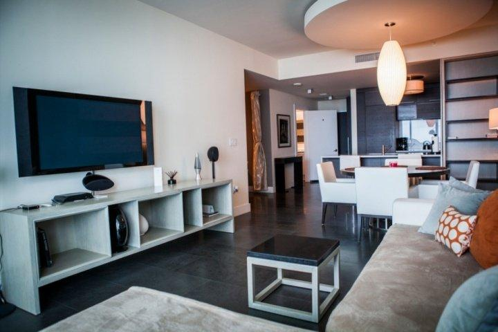 Contemporary style living room. - Luxurious Downtown Miami Condo with Stunning Skyline and Ocean Views - Miami - rentals