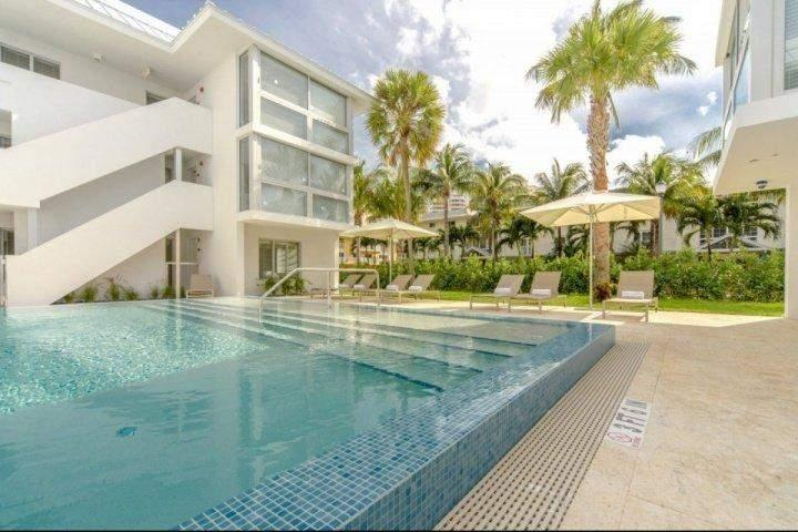 Luxurious infinity pool. - Beach Haus (M) - Luxurious & Modern 1 Bedroom Key Biscayne Condo - CONTACT US - Key Biscayne - rentals