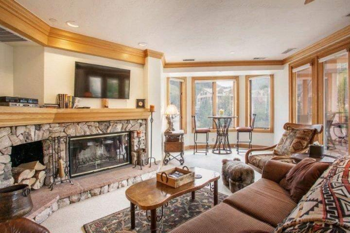 Gather with friends & family in the modern mountain Great Room looking out on Strawberry Park. Enjoy the fire, flat screen TV/DVD, seating nook for 2. - Heart of Beaver Creek & Family Fun~ Steps to ski, shopping and dining~ Outdoor Adventure Awaits! - Beaver Creek - rentals