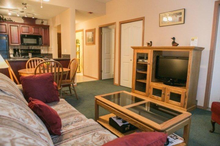 Wifi, large screen TV and spacious floor plan - Executive 1 Bedroom Condo with courtyard and pool side access, unit #106 - Whistler - rentals
