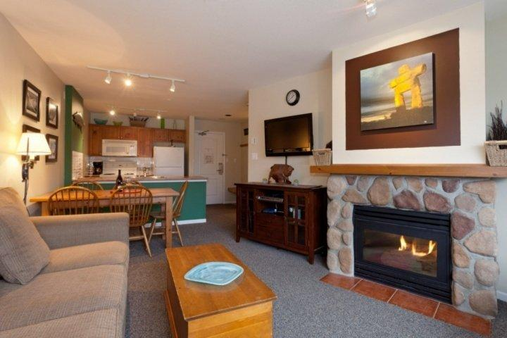 Comfortable living room with Fireplace - Lovely 1 Bedroom,1 Bath condo at Eagle Lodge- Mountain View unit 322 - Whistler - rentals