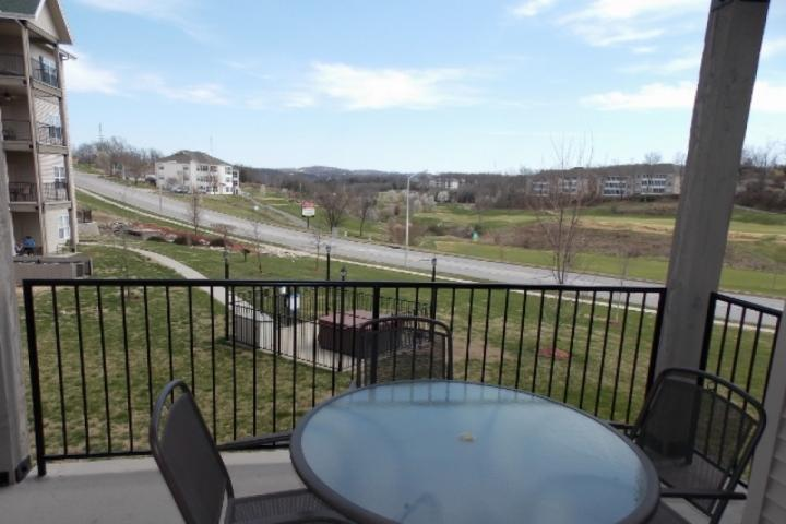 Neighborhood Hot Tub from your Private Deck - Royal Links at 1000 Hills Walk-in Two Bedroom - Branson - rentals