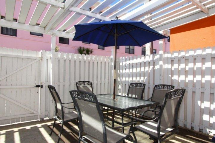 Private patio with dining and lounging - 1501 - Gulf Winds - Saint Pete Beach - rentals