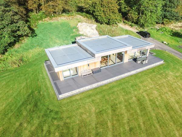 BILLY BOO, luxury detached cottage, hot tub, en-suites, woodburner, parking, patio, in Backbarrow, Ref 931530 - Image 1 - Backbarrow - rentals