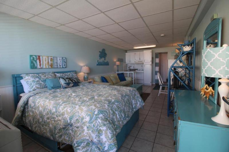 Lovely studio condo w/oceanfront views, shared pool - walk to beach! - Image 1 - Panama City Beach - rentals