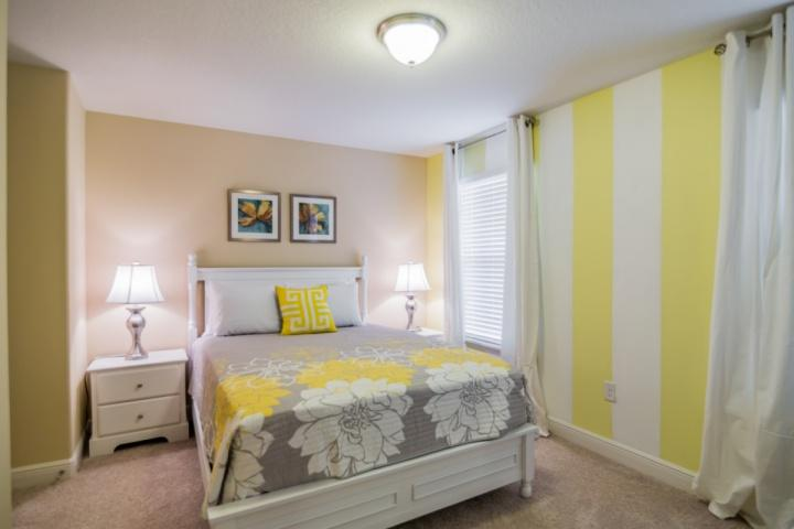 Upstairs Queen Bedroom w/Flat Screen TV & Shared Bath - 5360 Solterra - Davenport - rentals