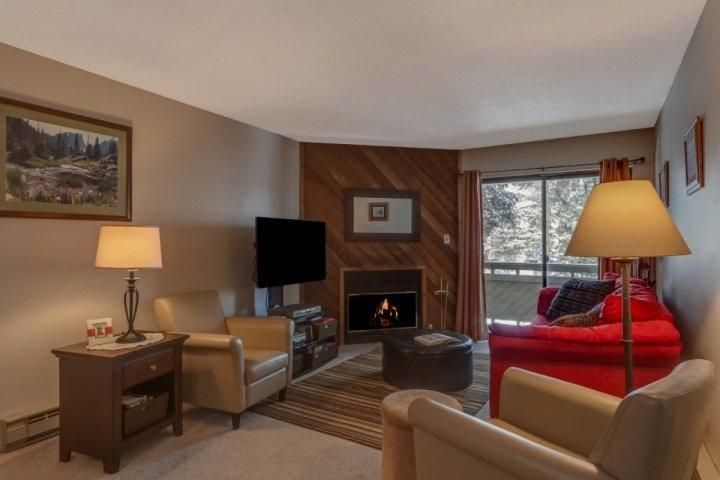 Tasteful, comfortable furniture and Great Movie Library! - Chilly Pepper-Short Walk to Slope-Ski In/Out at Parking Lot Edge/Side-by-Side Sister Unit - Breckenridge - rentals