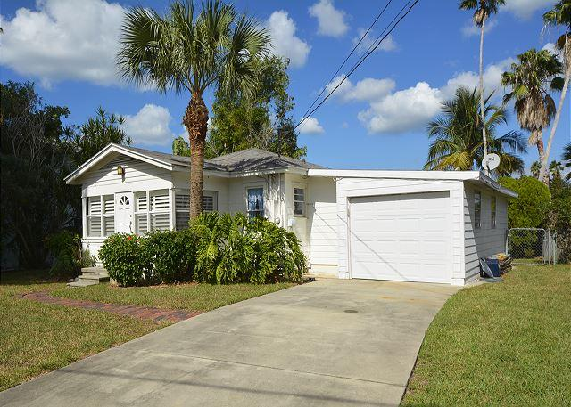 Front of building - Cozy Waterfront Beach Cottage on Indian Rocks Beach! - Indian Rocks Beach - rentals