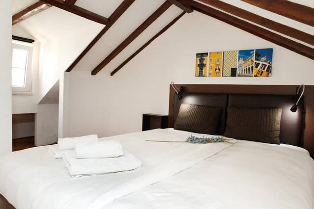 Classy bedroom with leather headboard under vaulted ceiling in refurbished building from 1690s.... - MOURARIA I, central Lisbon penthouse by St. George - Lisbon - rentals