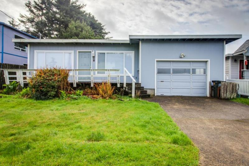 Walk to the beach from this cozy, dog-friendly home with an enclosed yard! - Image 1 - Yachats - rentals