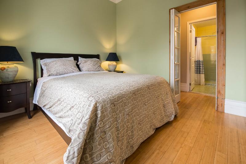 The Master Bedroom (Apartment 1) - Plateausuites #1 1 bdr apartment, 2 blocks to restaurants, metro - Montreal - rentals